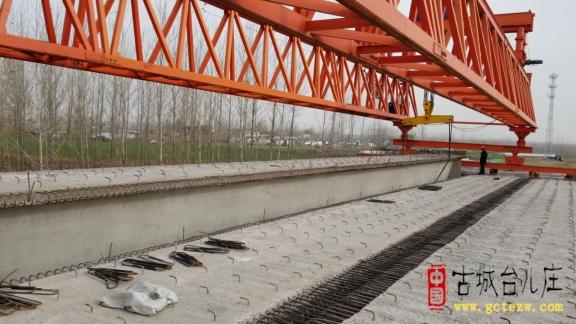 S241临徐线台儿庄叶庄至鲁苏界改建工程新沟河大桥箱梁安装完成(图)